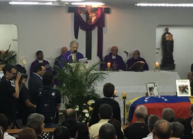 En fotos: Familiares y amigos de Fernando Albán asisten a misa en la capilla de la UCV