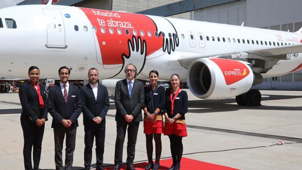 Un avión de Iberia Express recorrerá los cielos con el «abrazo madrileño»