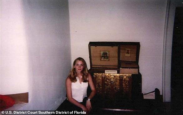 Virginia Roberts Giuffre se muestra arriba en un museo en Nuevo México en 2001 en una foto tomada por Epstein)