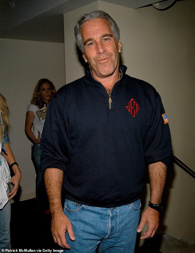 Epstein se había declarado inocente de los cargos de tráfico sexual que involucraban a docenas de niñas menores de edad desde al menos 2002 a 2005. Se lo representa en 2005