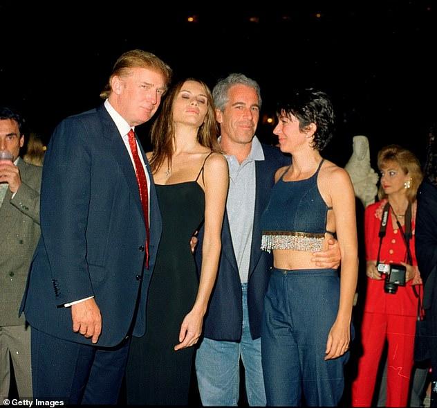 Trump es fotografiado con la entonces novia y ahora esposa Melania Trump junto a Jeffrey Epstein y Ghislaine Maxwell en el club Mar-a-Lago en 2000