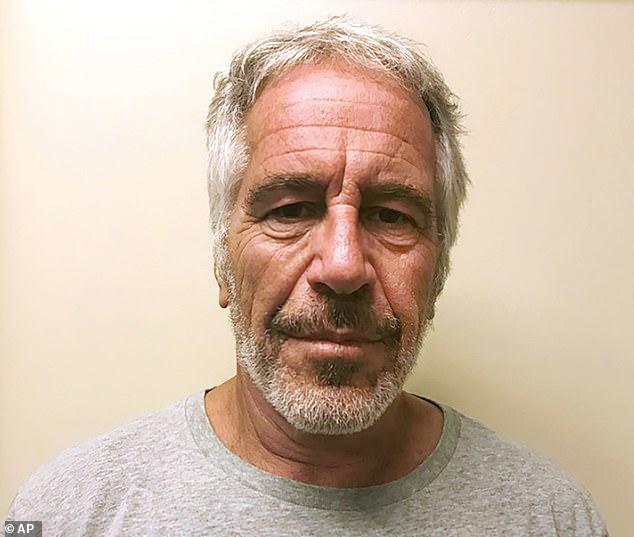 Jeffrey Epstein se ahorcó en su celda de la prisión en la ciudad de Nueva York el sábado.  Fue encontrado en un paro cardíaco antes de ser trasladado a un hospital cercano donde fue declarado muerto.