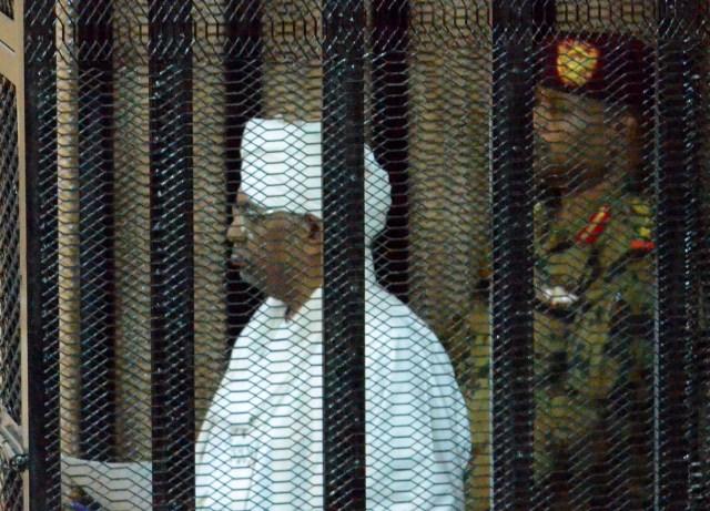 Expresidente sudanés comparece ante tribunal que lo juzga por corrupción