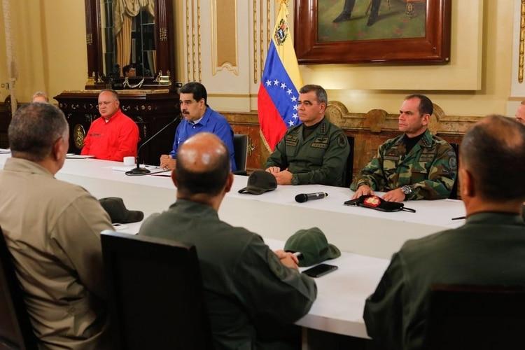 Maduro rodeado de su gabinete durante la alocución en cadena nacional