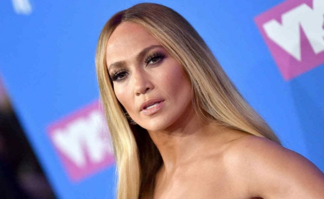 """""""Qué vulgar"""": Criticaron a Jennifer Lopez por esta sexy foto con las piernas abiertas"""