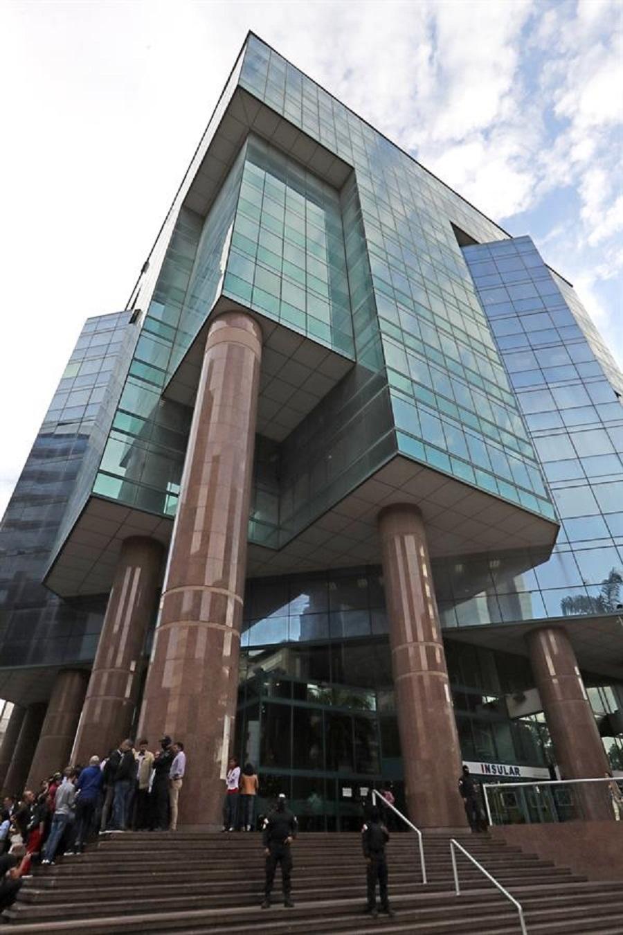 FAES y el SEBIN allanan oficina de Juan Guaidó en la Torre Zurich de El Rosal: decomisan varias cajas ( +fotos y videos)
